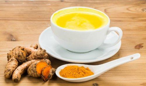 Zlaté mléko – zázračný nápoj, který změní (nejen) váš spánek